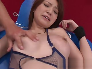 They stick toys in her pussy til she squirts and cum on her