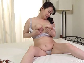 Sexy Japan mature reveals her chubby forms in a hot solo
